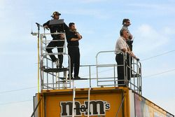 Les membres de l'équipe M&Ms Ford regarde l'action du haut des camions