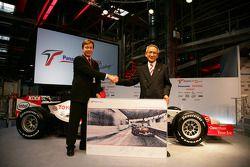 Le président de TMMF Didier Leroy avec le président et team principal de Toyota Motorsport Tsutomu Tomita