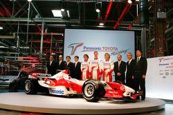 Ricardo Zonta, Ralf Schumacher et Jarno Trulli avec la direction de Toyota Motorsport et la TF106