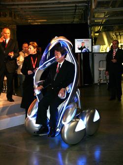 Toyota Motor Corporation Başkan yardımcısı Kazuo Okamoto, a i-unit
