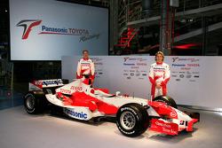 Ralf Schumacher et Jarno Trulli avec la nouvelle TF106