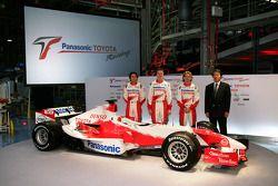 Ricardo Zonta, Ralf Schumacher et Jarno Trulli avec le vice-président exécutif de Toyota Motor Corpo