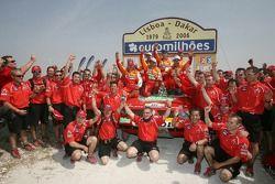 Podium Autos: Les pilotes et co-pilotes du Team Repsol Mitsubishi Ralliart Nani Roma, Henri Magne, Stéphane Peterhansel etJean-Paul Cottret fêtent leur victoire avec les vainqueurs Autos Luc Alphand et Gilles Picard