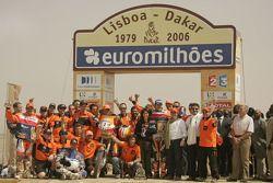 Podium Motos : vainqueur Marc Coma avec Cyril Despres, Giovanni Sala et les membres de l'équipe Repsol KTM