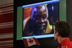 Sean McIntosh regarde les vidéos promotionnelles