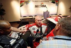 Le pilote Champ Car Paul Tracy parle avec les médias après avoir annoncé qu'il participera à cinq courses avec la Sport Clips #34 Chevrolet Monte Carlo en 2006