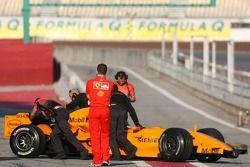 Ferrari-monteurs bekijken de McLaren MP4-21 van Gary Paffett