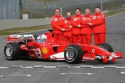 Paolo Martinelli, Gilles Simon, Also Costa, Rory Byrne et Ross Brawn avec la Ferrari 248 F1