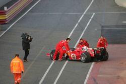 Michael Schumacher de retour au stand après un problème technique