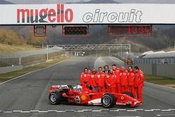 Michael Schumacher, Felipe Massa et Luca Badoer avec les membres de l'équipe Ferrari