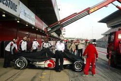L'équipe Honda recouvrent la Honda Racing RA106