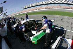 Les membres de l'équipe Lowe's Fernandez Racing au travail