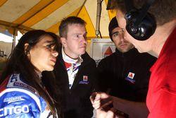 Milka Duno, Kevin McGarrity et Dario Franchitti parlent avec un membre de l'équipe