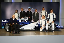 Alexander Wurz, Mark Webber, Nico Rosberg y Narain Karthikeyan con Frank Williams y el nuevo Williams FW28