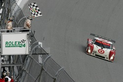 Checkered flag for #02 Target Chip Ganassi with Felix Sabates Lexus Riley: Scott Dixon, Dan Wheldon, Casey Mears