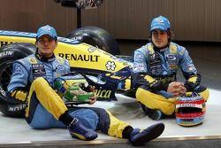 Giancarlo Fisichella en Fernando Alonso met de nieuwe Renault R26