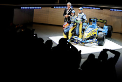 Flavio Briatore, Fernando Alonso and Giancarlo Fisichella with the new Renault R26
