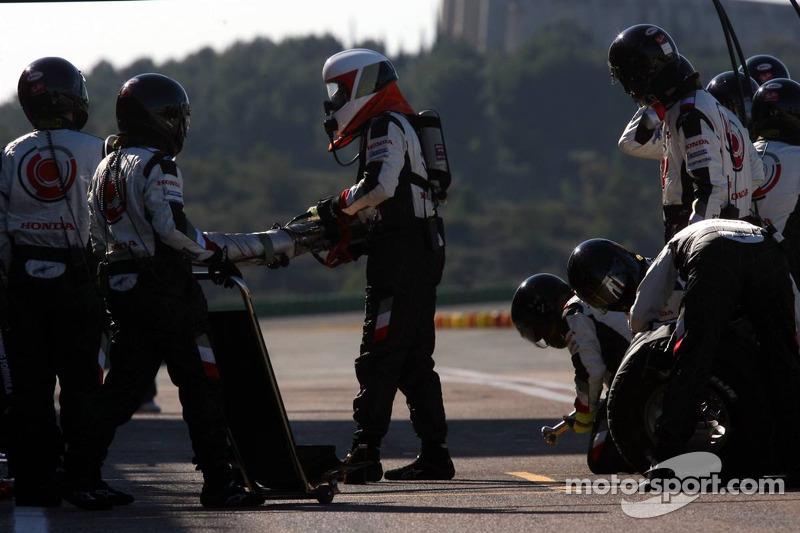 Pitstop practice for Rubens Barrichello and Honda team members