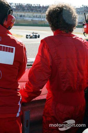 Валентино Росси смотрит за тестовой сессией