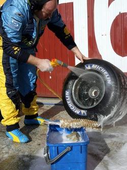Renault takım elemanı cleans up lastikleri