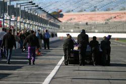 Les membres de l'équipe Cheever Racing se dirigent vers l'entraînement