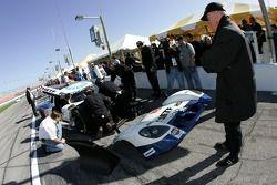 Rob Dyson regarde le travail de son équipe sur la voiture