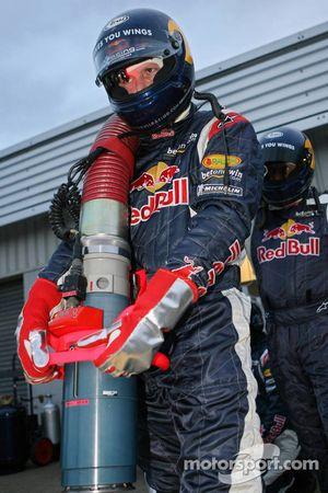 Un membre de l'équipe Red Bull Racing se tient prêt pour le ravitaillement