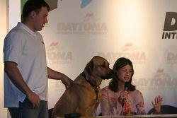 Présentation du livre Pit Road Pets: Ryan et Krissie Newman avec son chien
