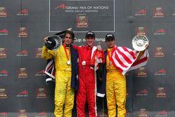 Podium: le vainqueur de la course Sean Macintosh avec Marcus Marshall et Alex Yoong