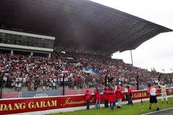 Ananda Mikola acclame ses fans