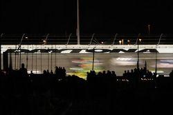 Des fans à Daytona regardent des camions en pleine vitesse