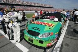 Le vainqueur de la pole position J.J. Yeley sur la grille