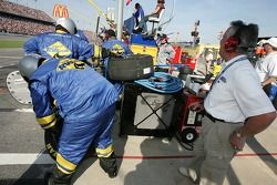 Aldo Andretti regarde l'équipe RVs.com Ford se tenir prêt pour un stand