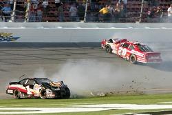 Accident sur la ligne d'arrivée: Jason Keller et Denny Hamlin