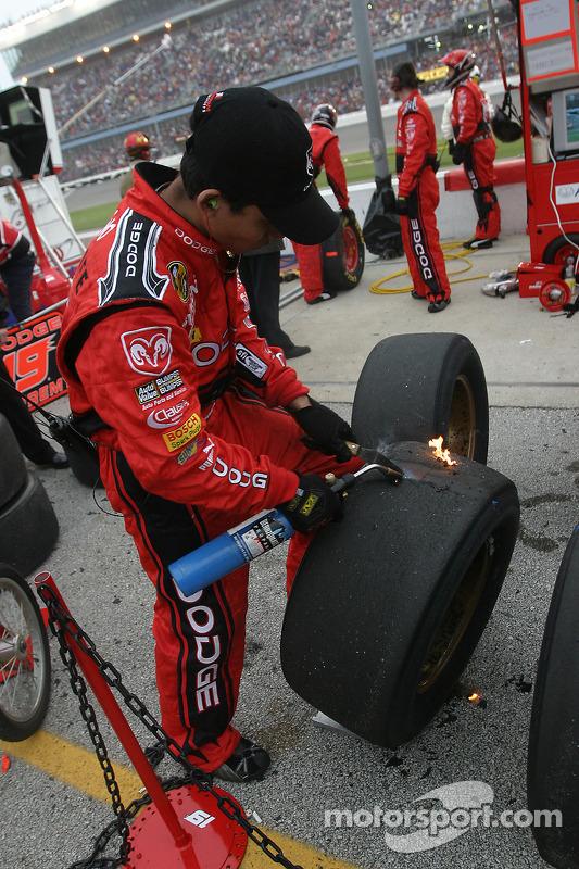 Un membre de l'équipe Evernham nettoie les pneus