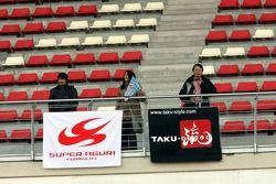 Des fans de Takuma Sato dans les tribunes