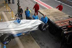 La Renault de Giancarlo Fisichella de retour au stand après s'être arrêtée sur la piste