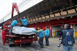 La Renault de Fernando Alonso de retour au stand après s'être arrêtée sur la piste