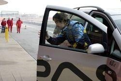 Fernando Alonso de retour au stand après s'être arrêtée sur la piste
