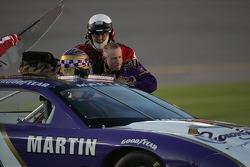 Mark Martin sort de sa voiture