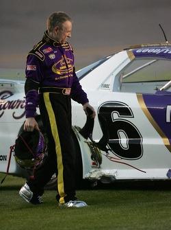 Mark Martin inspecte la voiture