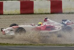 Ralf Schumacher fait un tête-à-queue dans les graviers