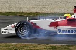 Ralf Schumacher fait un tête-à-queue en dehors de la piste