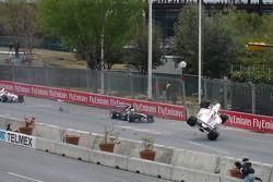 Hayanari Shimoda s'accidente après avoir heurté l'arrière de la voiture de Matt Halliday