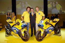 Valentino Rossi, Davide Brivio et Colin Edwards avec la Camel Yamaha M1 de 2006