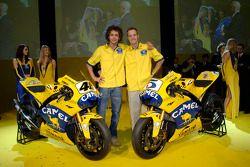 Valentino Rossi et Colin Edwards avec la Camel Yamaha M1 de 2006