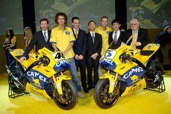 Valentino Rossi, Colin Edwards et l'encadrement de Yamaha avec la Camel Yamaha M1 de 2006