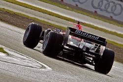 Test de Markus Winkelhock qui conduit la voiture Midlet F1 à Silverstone