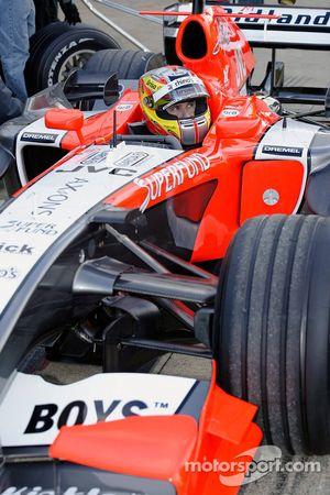 Tiago Monteiro prend part à la pratique de ravitaillement à Silverstone pour l'équipe Midlet F1