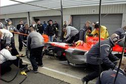 Tiago Monteiro fait des arrêts au stand durant une journée de test de congélation à Silverstone pour l'équipe Midlet F1. Même les vents de conduite et les chutes de neige ne les ont pas arrêtés !